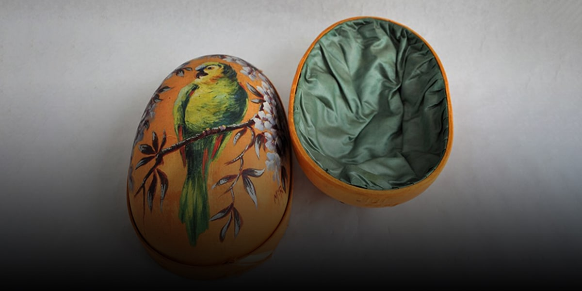 Big, fake Nowruz eggs)-min